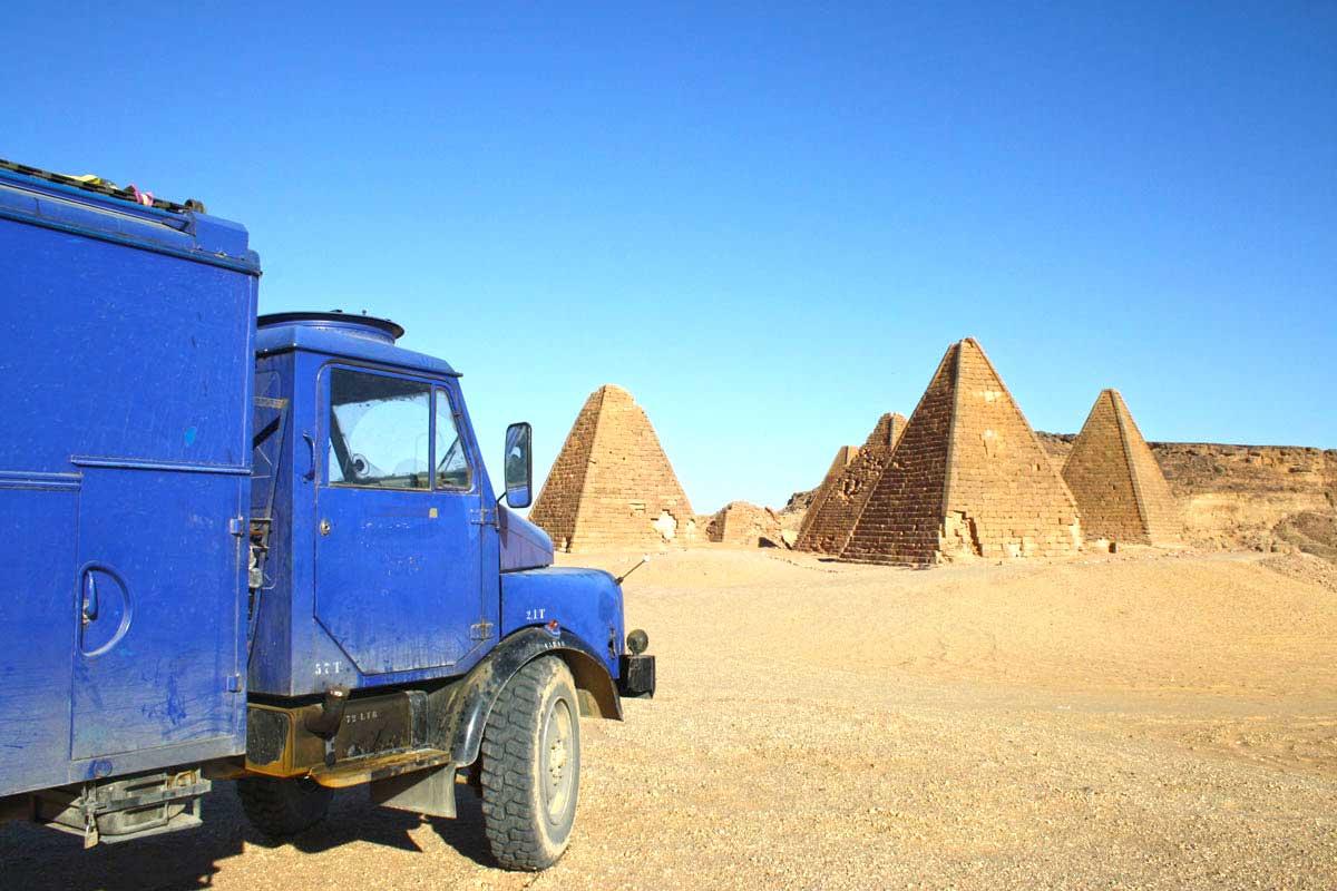 Mit dem Hanomag am Jebel Barkal im Sudan