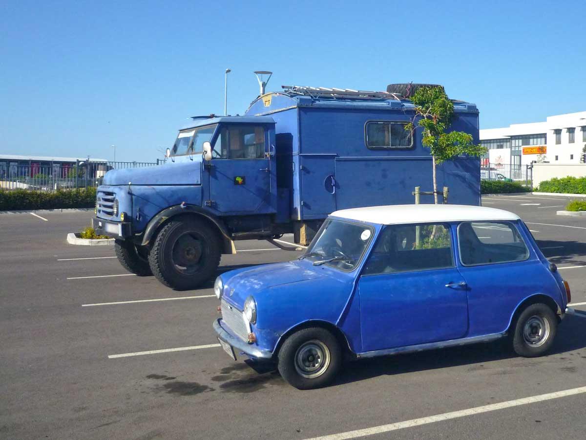 blauer Hanomag triftt blauen Mini in Kapstadt, Südafrika