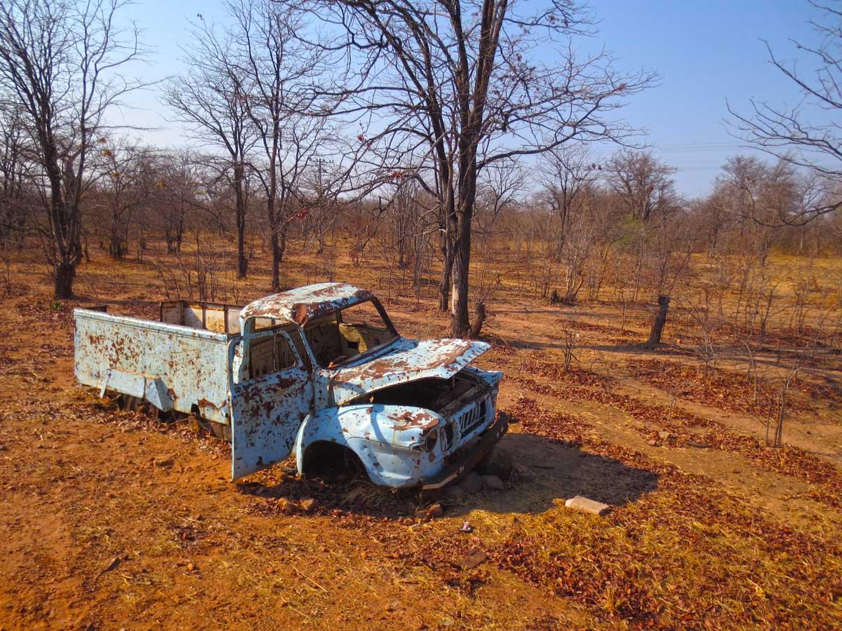 verlassene Schrottautos am Strassenrand in Simbabwe