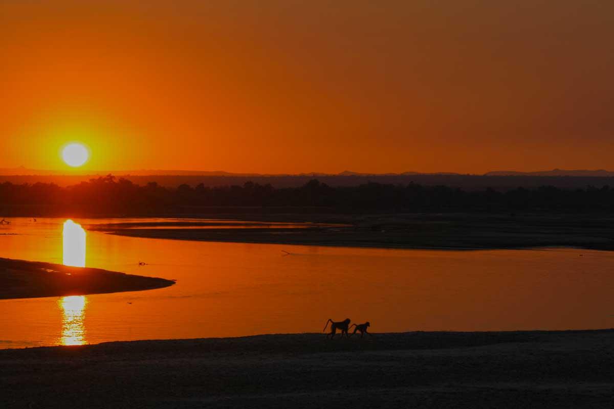 Sonnenuntergang über dem Luangwa Fluss, Wildlife Camp in Mfuwe, Sambia