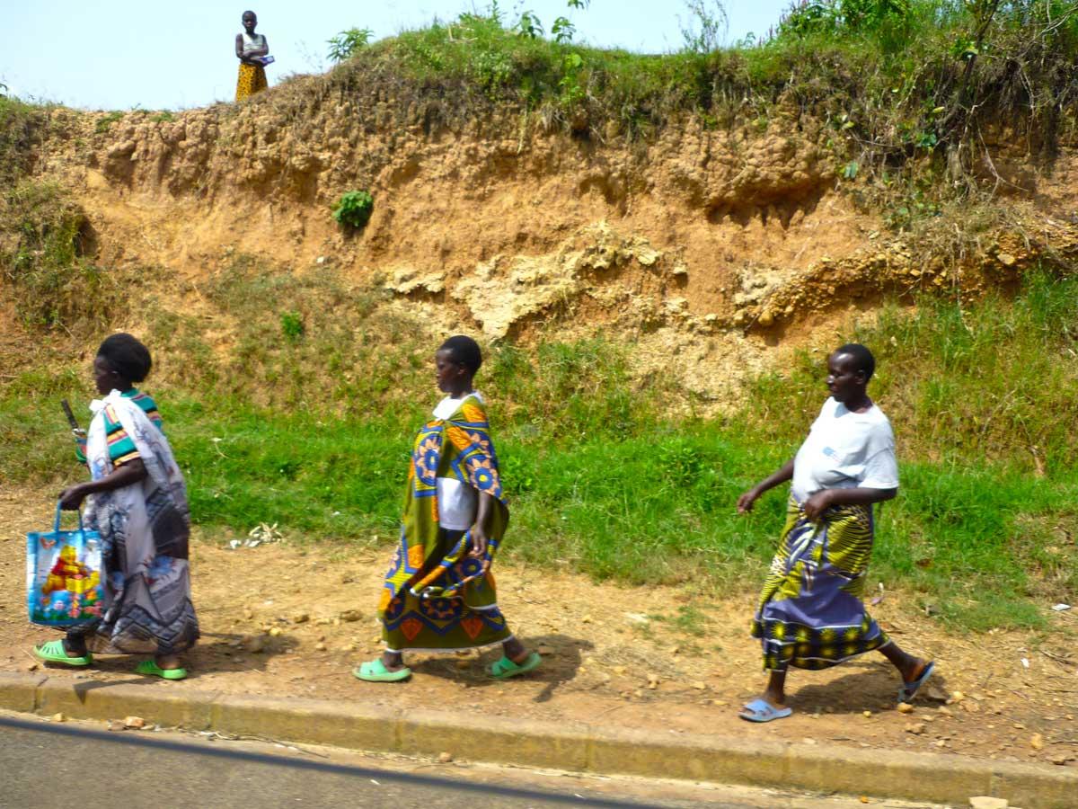 Drei Frauen in bunten Röcken in Ruanda