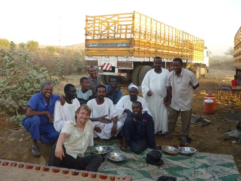 WIr essen gemeinsam mit LKW Fahrern aus dem Sudan an der Grenze zu Äthiopien